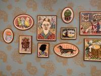 Erindringsvæg 3 - Udsmykning af væg. Eriksminde Efterskole. Væggens mål: 830x320 cm. 15 indrammede akvareller. Tapet designet af kunstneren. Støttet af Statens Kunstfond