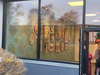 Erindringsvæg 6 - Udsmykning af væg. Eriksminde Efterskole. Væggens mål: 830x320 cm. 15 indrammede akvareller. Tapet designet af kunstneren. Støttet af Statens Kunstfond