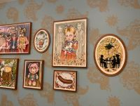 Erindringsvæg 4 - Udsmykning af væg. Eriksminde Efterskole. Væggens mål: 830x320 cm. 15 indrammede akvareller. Tapet designet af kunstneren. Støttet af Statens Kunstfond.